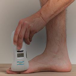 טיפול בכאב בכף הרגל עם מכשיר בי-קיור לייזר